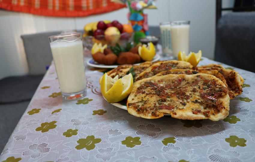– «Το Lehm Be-ajien, ή αλλιώς ζύμη με κρέας, φτιάχνεται από αλεύρι, κιμά, τομάτα, μαϊντανό, κρεμμύδια, σκόρδο, μπαχαρικά, σάλτσα ντομάτας και κόκκινη πιπεριά και συνήθως σερβίρεται σε ιδιαίτερες περιστάσεις!» -- Roula, Συρία