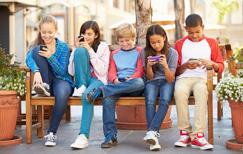 Οι συσκευές κυριαρχούν στην κοινωνική ζωή των εφήβων
