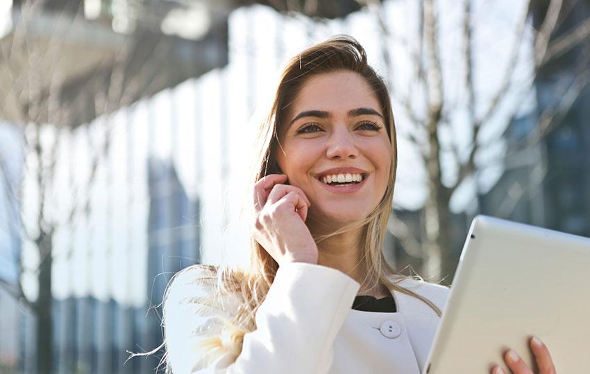 Θετικά Συναισθήματα: Πώς επηρεάζουν την εργασιακή ικανοποίηση και απόδοση;